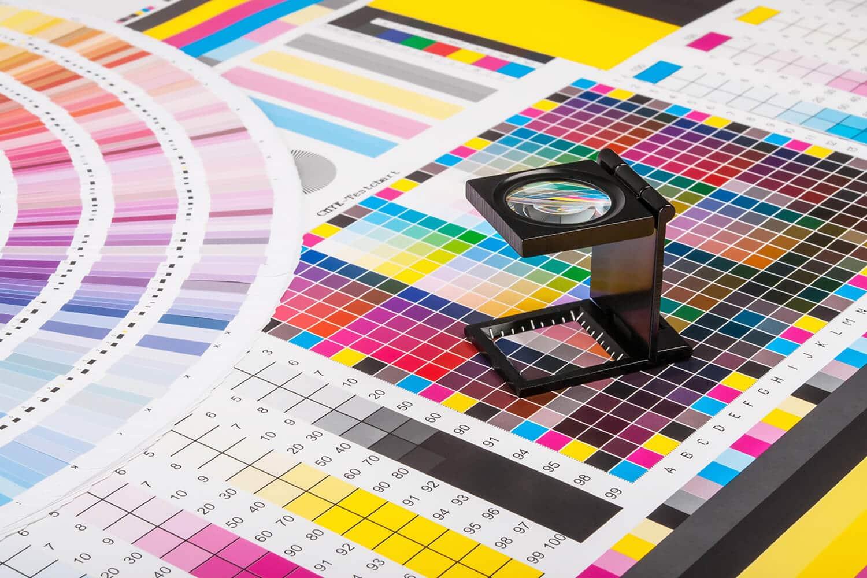 Farbtafel mit Lupe für Printdesign